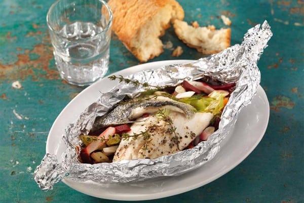 Wolfsbarsch mit Gemüse und Süßkartoffeln aus der Folie
