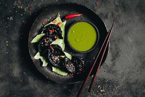 Schwarze vegane Dumplings