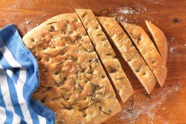 Pizzafladen mit Rosmarin und Olivenöl.