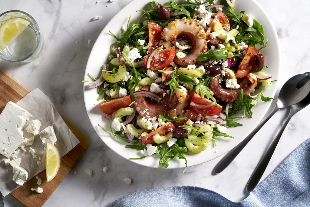 Griechischer Salat mit gegrilltem Oktopus
