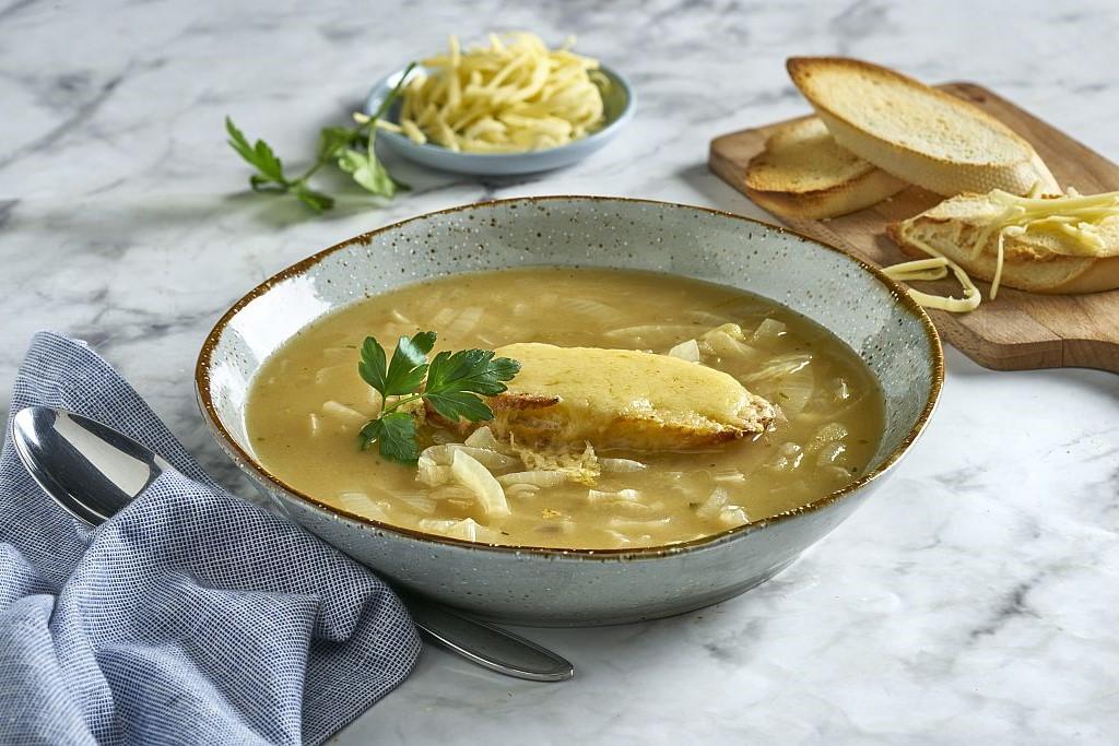 Einfaches Rezept für französische Zwiebelsuppe.