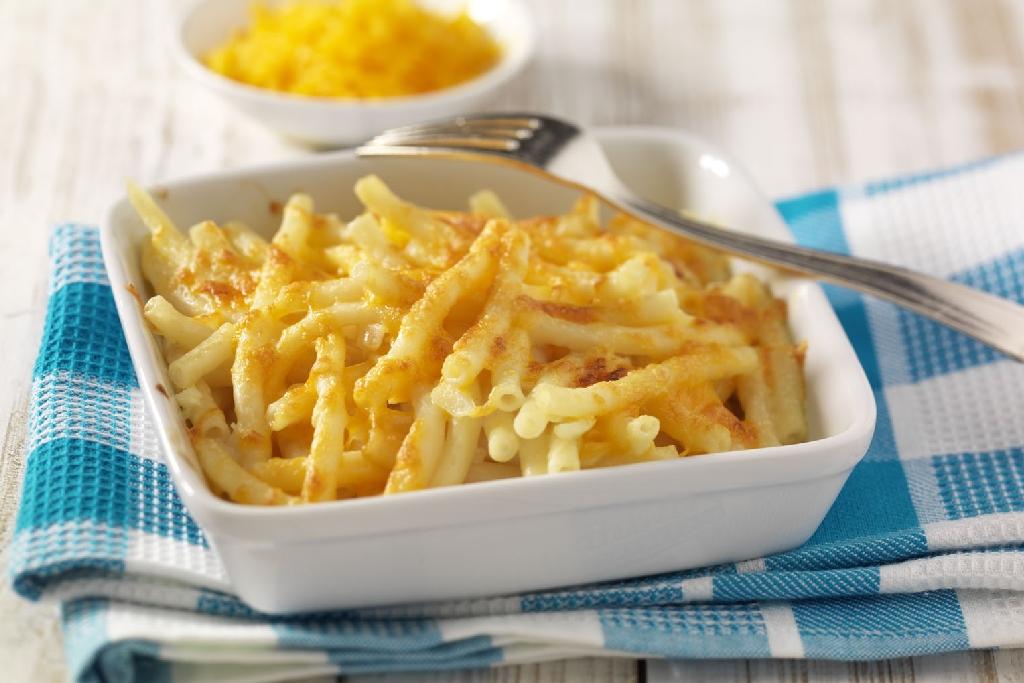 Makkaroni Auflauf mit Käse.