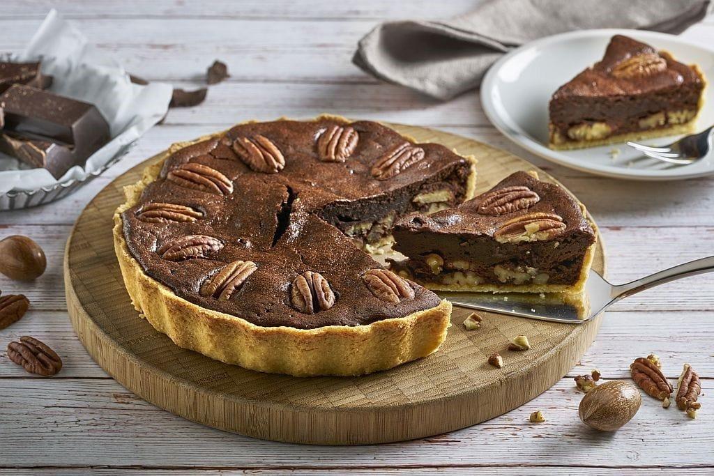 Schokoladen-Tarte mit Pekannüssen.