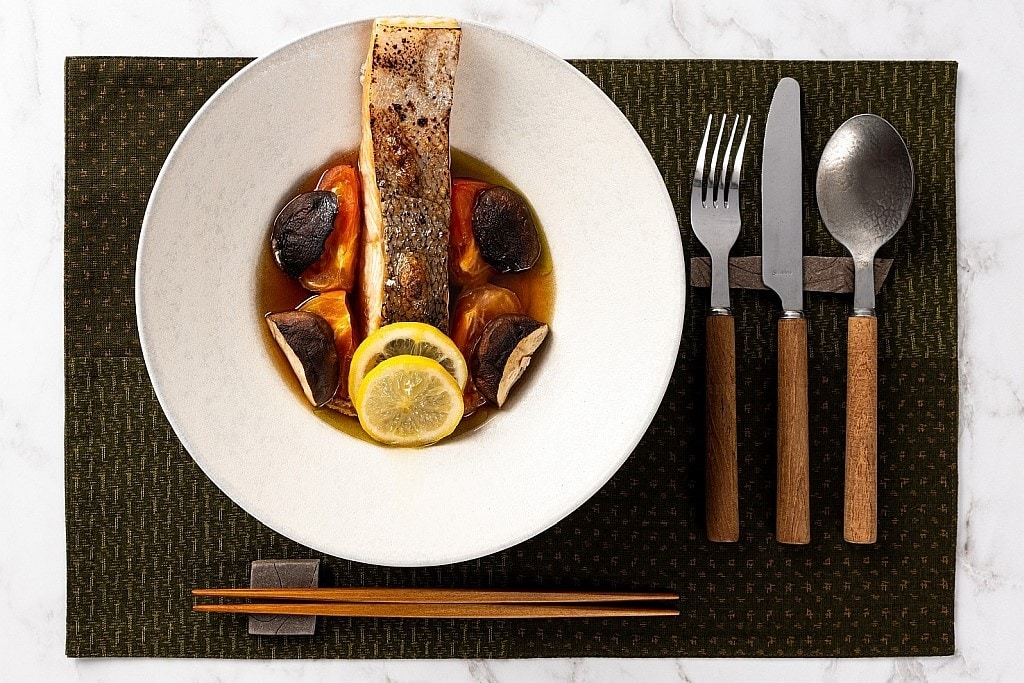 Japanisch kochen: Dashi mit Lachs.